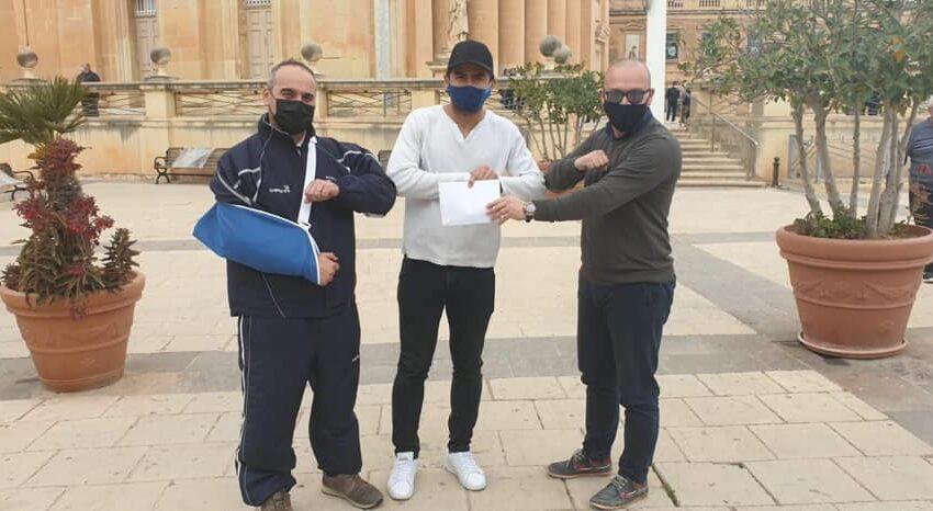 Il-Ġurnalist Tal-Isport Antvin Monseigneur Jippreżenta €1,000 Biex Luca Jieħu L-Kura kontra L-Kanċer