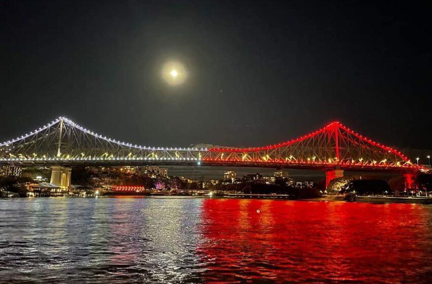 Ara: Il-Pont Ta' Brisbane Mixgħul Bil-Kuluri Tal-Bandiera Maltija